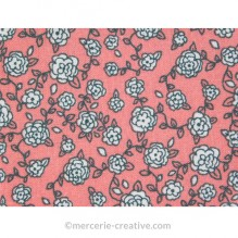 Coupon de tissu rose à fleurs blanches