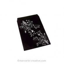 Pochette cadeau papier noire motif fleurs blanches